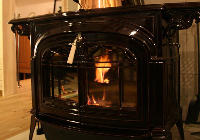 炎の揺らぎ、そしてパチパチと薪のはぜる音がゆったりと流れる贅沢な時間を演出します。