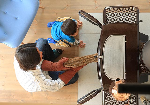 子供は薪ストーブを通して自然の摂理を学んでいきます。化学燃料に頼らない、人に地球に優しい暖房器具です。