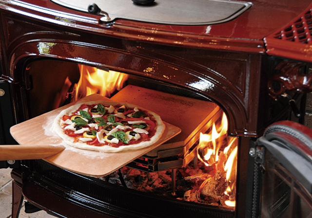 ただ暖をとるだけでなくオーブンにも大変身する薪ストーブ。ライフラインが途絶えても安心です。