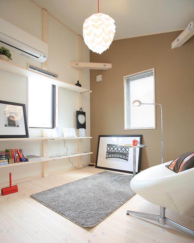 白で統一された床、壁、天井に壁一面だけアクセントを加えて。それだけでモダンな雰囲気を醸し出します。