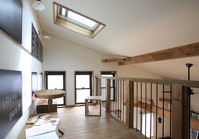 ゆるやかな勾配天井で空間の広がりが生まれます。